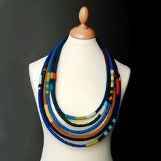 Necklace made of textile tubes. - Collar hecho con tubos de textiles.