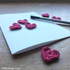 HEKLET HJERTE til Valentine´s Day kort – Gratis oppskrift Crochet Hooks, Free Pattern, Homemade, Heart, Day, Cards, How To Make, Crochet, Home Made