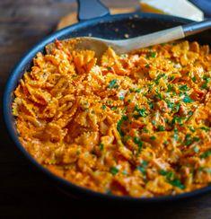 Krämig tomatsås med pesto rosso Vegetarian Recipes, Cooking Recipes, Healthy Recipes, Pasta Med Pesto, Easy Chicken Dinner Recipes, Zeina, Quick Meals, Pasta Dishes, Food Inspiration