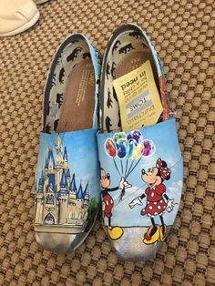 If you are on the hunt for the perfect pair of Disney inspired shoes, look no further! I come to you today with an amazing pair of hand painted Disney Disney Painted Shoes, Minion Shoes, Hand Painted Toms, Shoe Art, Art Shoes, Disney World Outfits, Disney Toms, Disney Designs, Nike Free Shoes