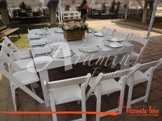 Mesas de Madera Blanca con Silla Avantgarde en la boda de Liliana & Erick