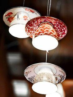 String lights hechas de tazas y platos