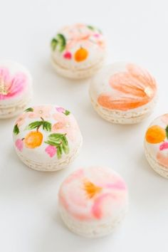 DIY floral macarons perfect for Spring! #macarons #dessert #flowers #spring #summer