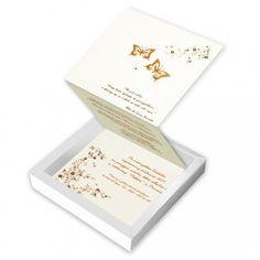 Eleganckie zaproszenie w formie pudełeczka z najnowszej kolekcji. Wykonane z perłowego papieru w kolorze ecru i białego matowego papieru. Na wierzchu pudełeczka wyzłocony został delikatny ornament kwiatowy oraz motylki.