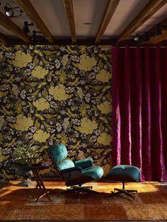 """Jim Thompson zeigt die neue Herbst Winter Kollektion 2017  """"Sammlungen"""" und sie spricht für Ihren Namen: """"Sammlungen"""" vereint Vergangenheit und Natur, welches sich im auch im Design wiederspiegelt. Gezeigt werden ornamentale Drucke, sowie Samtstoffe im Look mit blühenden Pfingstrosen und Vögeln."""