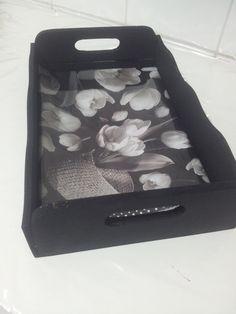 Bandeja preta com vidro e decoupagem de flores. Pronta entrega. Valor 55 reais.