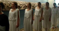Συγκινητική διαμαρτυρία Ελληνίδων με χιτώνες στο Βρετανικό Μουσείο | Kiss My GRass