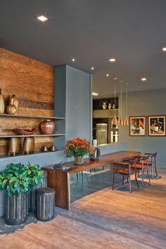 Os móveis são da Quadra e da Artefacto e os pendentes são da Dessine Iluminação.