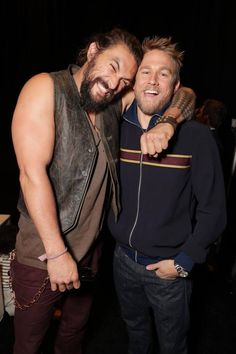 Jason momoa 755901118688645267 - Tom Hardy's Chef — mmcconaughey: Jason Momoa and Charlie Hunnam at… Source by calliummessaad Jason Momoa, Charlie Hunnam Soa, Travis Fimmel Charlie Hunnam, Charlie Hunnam King Arthur, My Sun And Stars, Hommes Sexy, Raining Men, Karl Urban, Aquaman