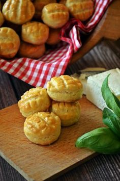 Vajas pogácsapici Hungarian Cuisine, Hungarian Recipes, Hungarian Food, Croissant, Pretzel Bites, Baked Goods, Main Dishes, Goodies, Rolls