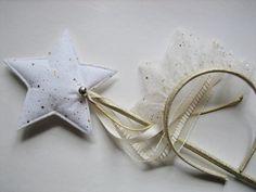 Un tulle blanc à paillettes d'or pour le diadème monté sur un serre-tête plastique souple et un grelot pour la baguette magique de fée assortie pour n