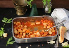 I gigantes ston fourno (fagioli bianchi di spagna al forno) sono uno dei piatti più saporiti e sostanziose della cucina greca vegan. Sia d'estate che d'inverno, è un ottimo piatto per mangiare sano e con gusto.