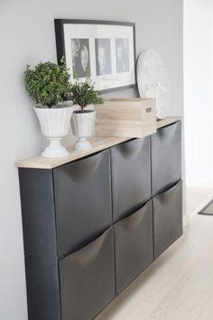 Décoration d'un couloir étroit avec un meuble design et fonctionnel