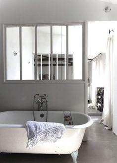 Industrial windows in the bathroom/ Verrière : une cloison vitrée dans la salle de bain - Marie Claire Maison