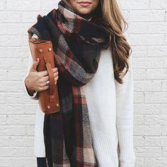 Палантин, или большой шарф, можно носить не только обвязав вокруг шеи. Ведь это настоящая находка для тех, кто любит экспериментировать с формой! Предлагаем несколько идей на тему того, как красиво носить палантин.