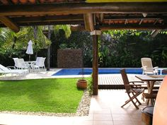 Área de lazer: Jardins tropicais por Metamorfose Arquitetura e Urbanismo Pergola, Outdoor Structures, Patio, Outdoor Decor, Pools, Home Decor, Gardening, Garden Pictures, Tropical Garden