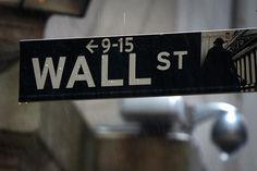 Una señalética de Wall Street afuera de la bolsa de Nueva York. Imagen de archivo, 09 junio, 2014. C... - REUTERS/Carlo Allegri