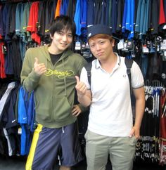 【新宿2号店】 2013年7月3日 左のK・O様がお誕生日ということで、プレゼントのNBAのユニフォームをお買い上げいただきました!!!お誕生日おめでとうございます!