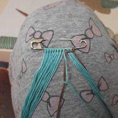 Safety pin brooch friendship bracelet tutorial added by Adik. Friendship Bracelets Tutorial, Friendship Bracelet Patterns, Bracelet Tutorial, Crochet T Shirts, Elephant Bracelet, All Craft, Macrame Bracelets, Brooch Pin, Weaving