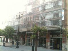 Obras de limpieza y consolidación de la fachada de este edificio regionalista situado en la calle Constitución, en el centro de Sevilla. Diseñado por Aníbal González