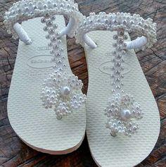 Branco com flor Beaded Shoes, Embellished Shoes, Beaded Sandals, Beaded Jewelry, Flip Flop Craft, Dress Up Shoes, Decorating Flip Flops, Dressy Sandals, Shoe Crafts