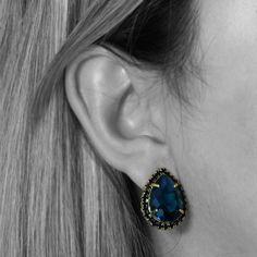 Brinco Gota com banho de Ouro 18K, cravação em Cristal Azul e Zircônias Pretas. COMPRE AQUI: http://bberry.com.br/brinco-gota-cristal-azul.html