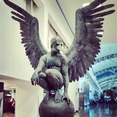 Angel ubicado en el aeropuerto