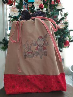 Et si cette année vous confectionniez une hotte de Noël en tissu pour placer tous les cadeaux au pied du sapin ou décorer votre intérieur à l'occasion des fêtes ? Ce tuto couture est gratuit. Occasion, Reusable Tote Bags, Tutorial Sewing, Fume Hood, Fir Tree, Tutorials, Gifts, Sewing
