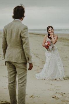 La playa, el escenario perfecto para sellar su destino de amor.#Matrimoniocompe #Organizaciondebodas #Matrimonio #Novios #TipsNupciales #CaminoAlAltar #MatriPeru #BodaPeru #Amor #Romantico #Couple #MatrimonioEnLaPlaya #CasarseEnlaPlaya #BeachWedding Lace Wedding, Wedding Dresses, Fashion, Amor, Beach Weddings, Bridal Gowns, Boyfriends, Bride Dresses, Moda