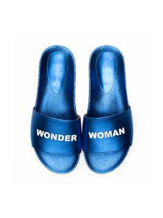 Les sandales plates en cuir métalisé veau Cobalt Blanc - Nu-pieds Aonna - @Cosmoparis #wonderwoman http://www.cosmoparis.com/product-id/29029#article=29028#color=742