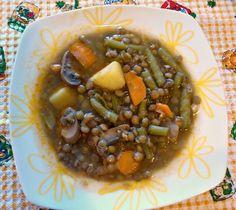 Lentejas con verduras /      300 gramos de lentejas,     1 cebolla mediana.     4 dientes de ajo.     2 zanahorias.     250 gramos de champiñones.     1 pimiento verde.     1 tomate maduro.     200 gramos de judías verdes.     2 patatas medianas.     1 hoja de laurel.     Una cucharadita de pimentón dulce.     Aceite de oliva.     Sal.     Una pizca de comino (opcional)