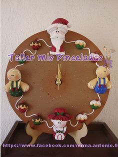 reloj navideño Christmas 2017, Christmas Crafts, Christmas Decorations, Xmas, Christmas Ornaments, Holiday Decor, Polymer Clay Halloween, Clay Figurine, Biscuit