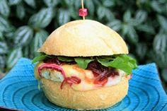 Aprenda a fazer hambúrguer de frango gourmet em casa de maneira fácil e muito saborosa. Ideal para festas e para agradar os amigos.