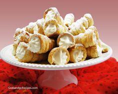 Think they were flavored apple spice! Cream Horns-Trubochki Recipe (Трубочки с кремом) - Russian home cooking recipes Cannoli, Eclairs, Snack Recipes, Dessert Recipes, Snacks, Kid Desserts, Cooking Recipes, Cream Horns, Delicious Desserts