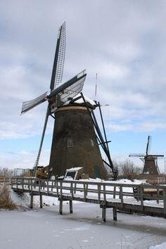 Kinderdijk molens Nederwaard 5 en Overwaard 3 in de sneeuw. De molen heeft een ijzeren scheprad met een diameter van 6,30 meter waarmee de lage boezem van de Nederwaard wordt bemalen. Deze molen was behoorlijk naar het noorden toe scheefgezakt en men heeft in het verleden getracht dit in het metselwerk en in de kruivloer te compenseren. In 2010 is begonnen met een uitgebreide restauratie, waarbij de waterlopen zijn hersteld. In juli 2011 is de molen rechtgezet.