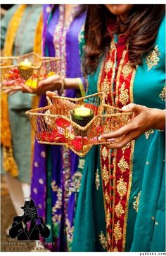 Mehndi Thaals And Plates Decoration Ideas Desi Wedding Decor, Wedding Stage Decorations, Wedding Crafts, Hall Decorations, Diwali Decorations, Pakistani Mehndi Decor, Pakistani Wedding Stage, Punjabi Wedding, Pakistani Bridal