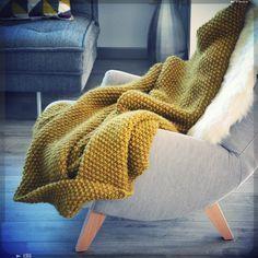 Plaid laine fauteuil pieds Bois et une touche de couleur moutarde!