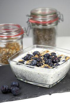 Chiasamen – Das gesunde Frühstück // Zutaten: Chiasamen, Milch (Kokosmilch, Hafermilch ...) oder Wasser, Heidelbeeren, Joghurt, ggf. Nüsse
