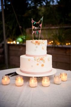 Loving the cute topper on this cake!    ᘡղbᘠ