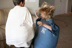 Cette activité trouvée sur le blog All for the boys défoulera grandement vos enfants coincés à la maison!! Pas besoin de manger comme un ogre pour se prendre pour un sumo! Un t-shirt de papa, des coussins en dessous et vos enfants seront prêts à combattre avec leurs ventres.