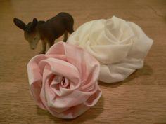 Rosas de tela muy faciles. ふわふわ巻きバラの作り方|コサージュ・ブローチ|ファッション小物|アトリエ|手芸レシピ16,000件!みんなで作る手芸やハンドメイド作品、雑貨の作り方ポータル