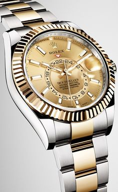 On the yellow Rolesor version of the new Sky-Dweller, the fluted bezel, the winding crown and the centre bracelet links are made of 18 ct yellow gold, while the middle case and the outer links of the bracelet are in 904L steel.