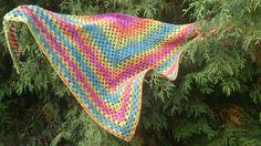 Duhový háčkovaný šátek Šátek je lehoučký, vyrobený z melírované příze. V záklaně je dlouhý cca 135 cm a od cípu k základně cca 65 cm.