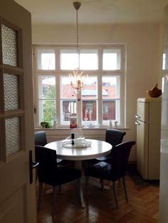 Ikea k che abstrakt wei holzpaneel altbau daheim for Runder schreibtisch