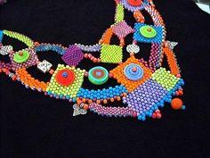 Este es un diseño de collar de bolas tejidas en deliciosa primavera y verano colores: naranjas, limas, rosas, azules y morados. Incorpora perlas de plata y gotas y perlas de vidrio grande. Es todos entretejido en la puntada de peyote - mi favorito!  También he utilizado algunos granos de disco fabuloso cristal de 3 grandes artistas de vidrio de Etsy. Compruebe hacia fuera estas tiendas:  http://www.flamecrazy.etsy.com http://www.blueseraphim.etsy.com http://www.h...