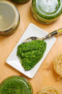 pesto de leurdă si pesto de loboda rosie Pesto, Cooking Recipes, Healthy Recipes, Preserving Food, Palak Paneer, Preserves, Dips, Food And Drink, Vegan