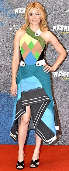 The funny lady dazzled in a Peter Pilotto dress, Jimmy Choo sandals, and Jennifer Fisher earrings.