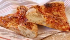 Come fare la pizza fatta in casa come quella della pizzeria Sorbillo: ecco qui la mia #ricetta per una #pizza #homemade croccante leggera e ben alveolata e con soli 2 g di lievito. Il segreto? Una lunga lievitazione... Croissants, Pizza E Pasta, Pizza House, Pizzeria, Pizza Rolls, Daily Meals, Vegan Dishes, I Love Food, Finger Foods