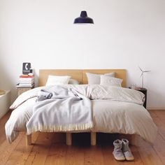 Like the comforters, bedsides, window seat wooden floors. Not so much the bed though Muji Bed, Muji Home, Interior Design Help, Comfy Bedroom, Bedroom Decor, House Beds, Bed Furniture, Apartment Living, Decorating Your Home