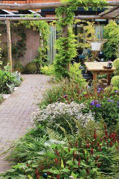 Garden Ideas Uk, Garden Inspiration, Home And Garden, Garden Spaces, Balcony Garden, Small Pergola, Side Garden, Backyard Retreat, Garden Pictures